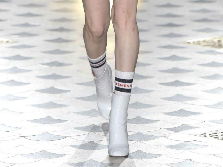 bf9d3b2ff2372 Le bon mix : L'alliance chaussettes de sport et bottines de Vêtements