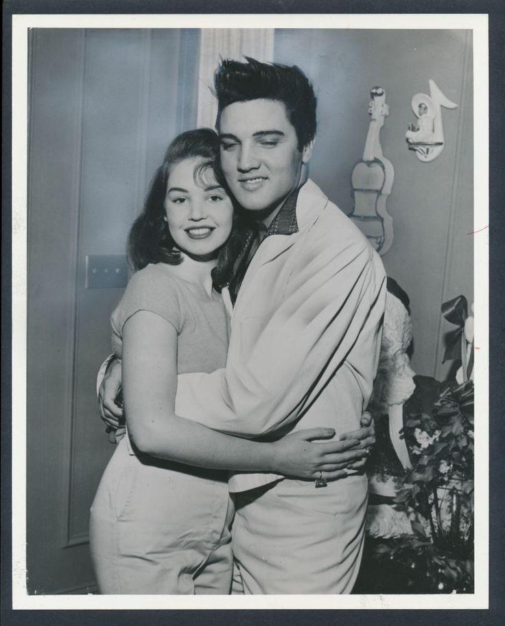 Graceland Memphis Tn December 27 1957 Elvis Presley Hugging His Christmas Elvis Presley Elvis Presley Photos Young Elvis