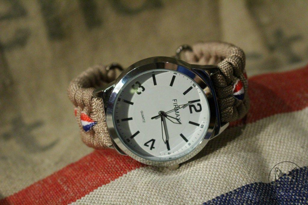 Een horloge geïnspireerd op de oude postzakken van de PTT post. Dit horloge heeft een beige band met daar doorheen een lint met de Nederlandse vlag geweven.
