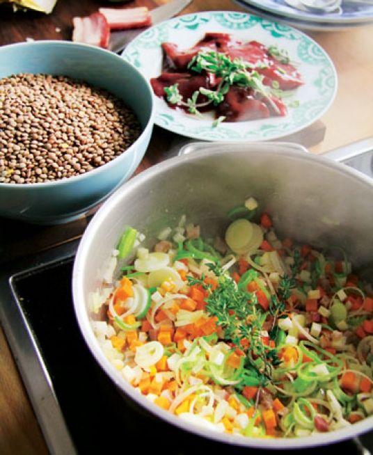 Etwas Warmes braucht der Mensch! Das war der berühmte Werbespruch eines Fertigsuppenherstellers. Unsere Suppe mache mehr Mühe – ist aber gesund und schmeckt.