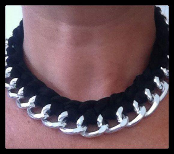 Collana in tessuto e metallo realizzata a mano. Handmade black and silver necklace.