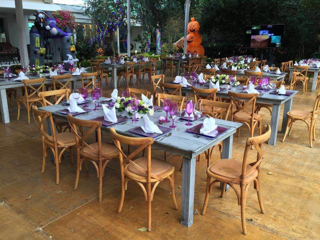 Sillas crossback y mesas de madera vintage En renta y