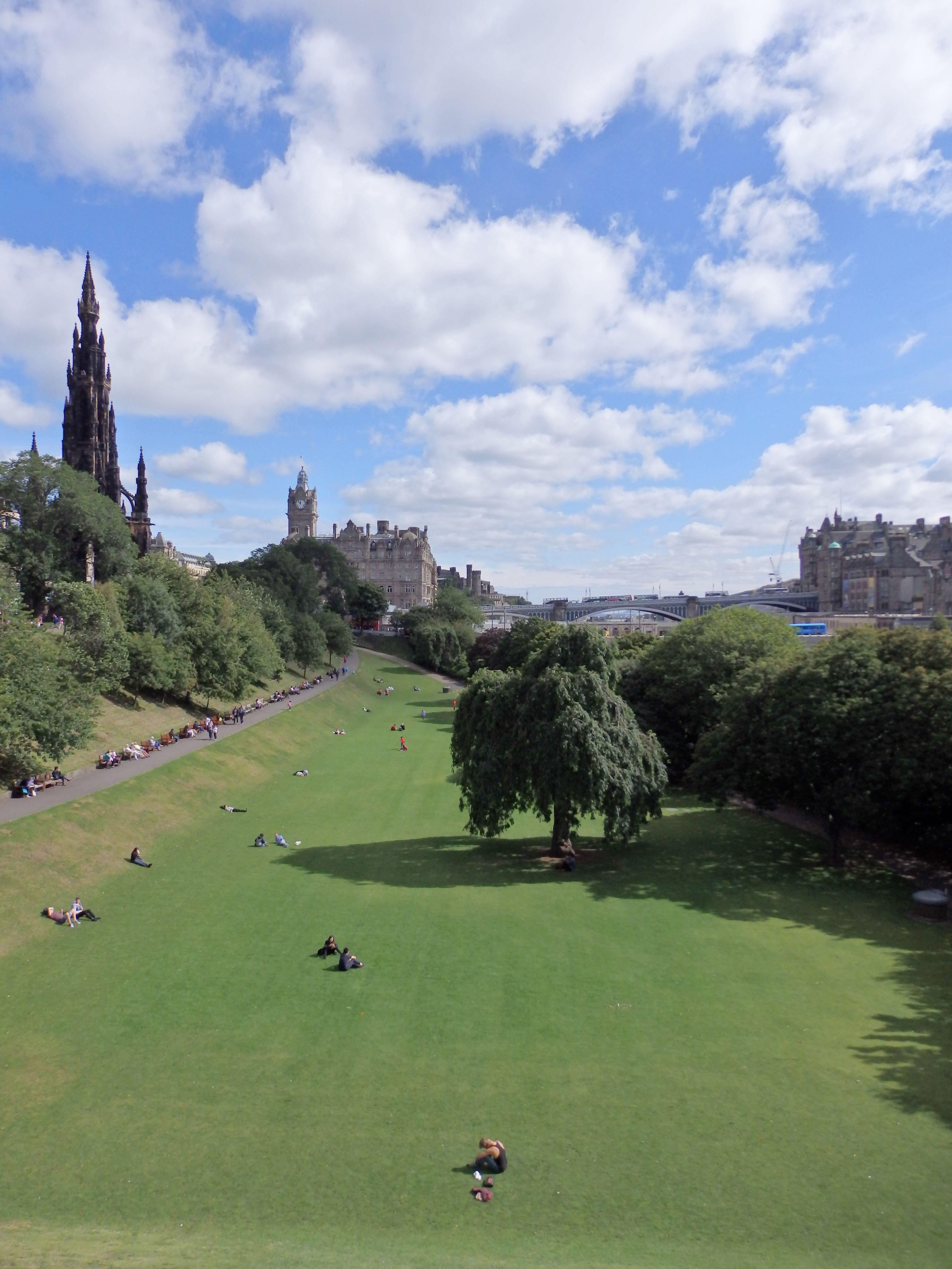 Princes Street Gardens, Edinburgh.  https://analogueboyinadigitalworld.wordpress.com/2015/09/02/edinblog-2015/