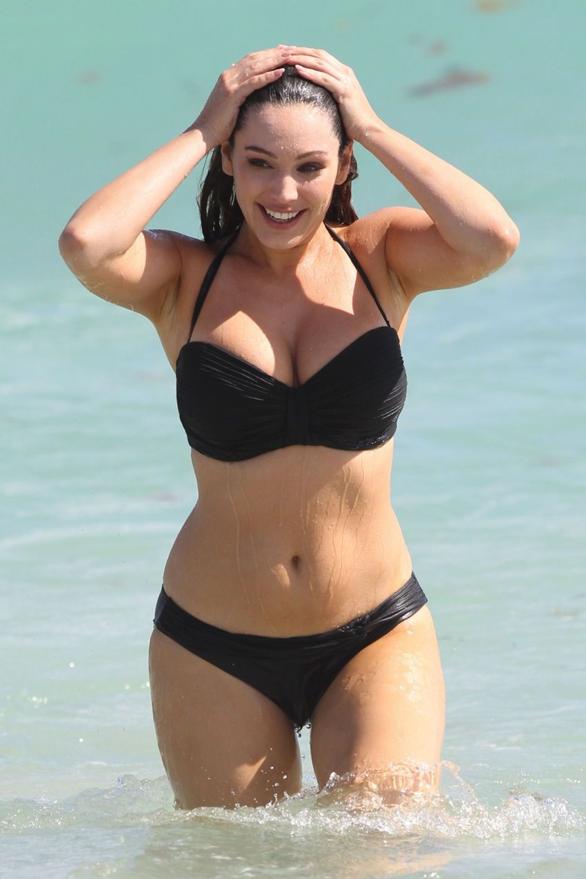 Kelly Brook beause Im curvy this is a realistic body goal for me