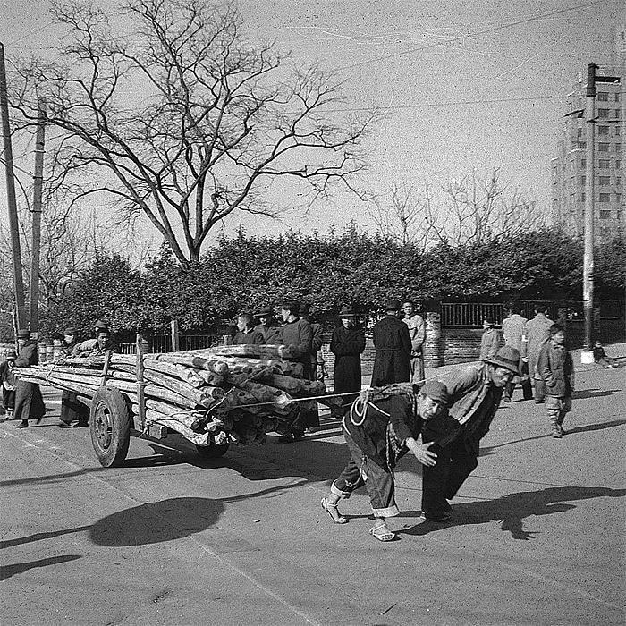 men pulling logs, Shanghai in 1945 - photo by Walter Arrufat (1920-2007)