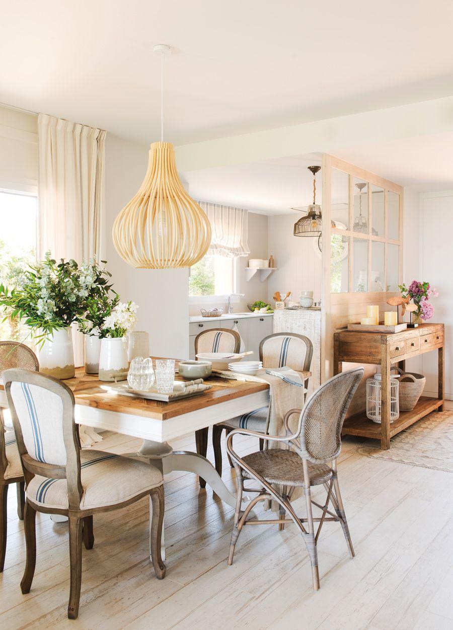 Comedor con sillas vintage y lampara de techo de madera for Lampara techo comedor