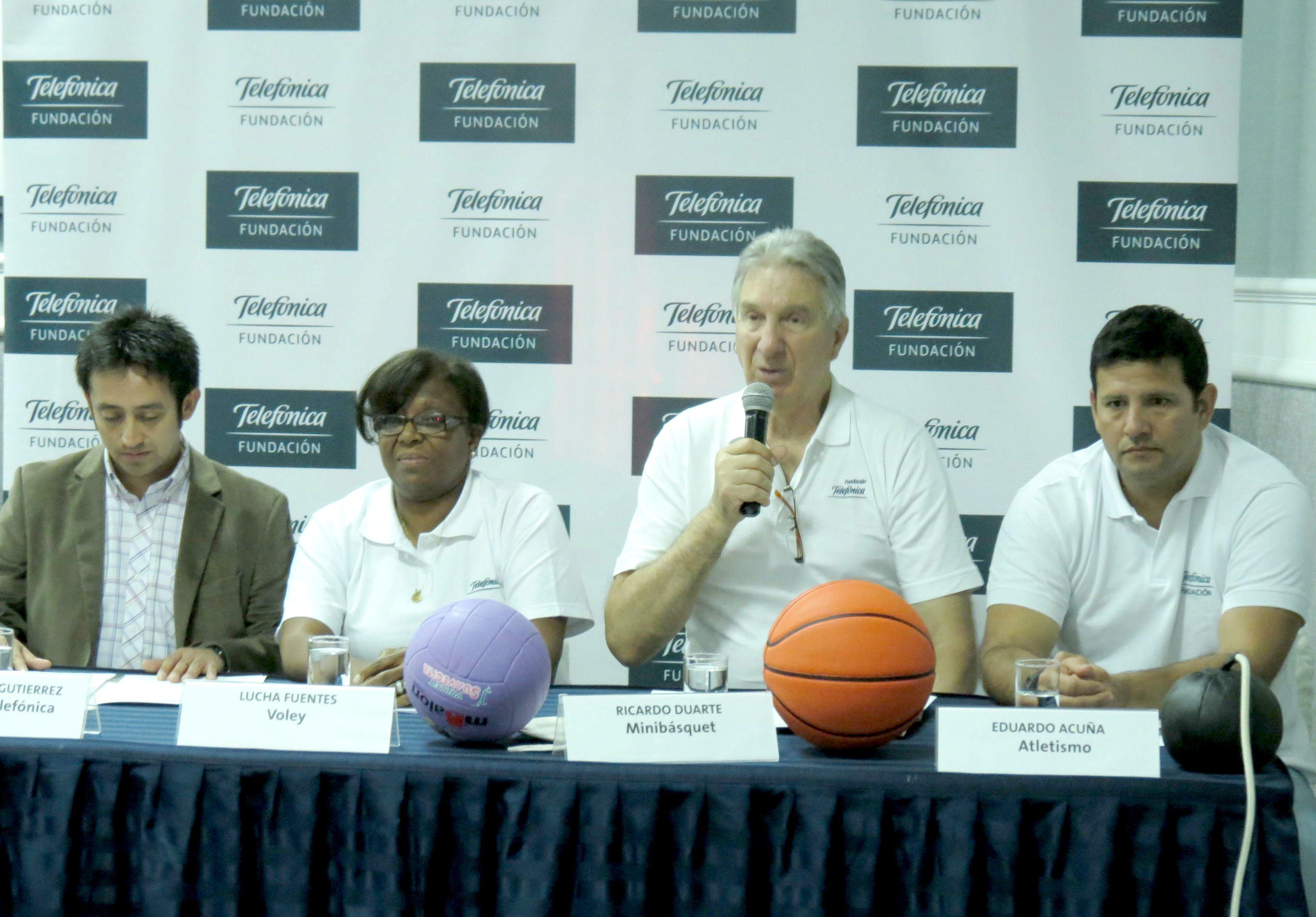 Conferencia de prensa. Se observa al representante de la Fundación Telefónica junto a la voleybolista Luisa Fuentes, el basquetbolista Ricardo Duarte y al atleta Eduardo Acuña