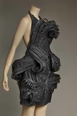 14-11-11  CMU  Jurk Cheops uit de collectie Mummification (2009 – 2010 – herfst/winter; ontwerp 2008)  Iris van Herpen. Stroken leer met de hand geknipt en daarna genaaid tot smalle veters; eyelets (metalen ringetjes).