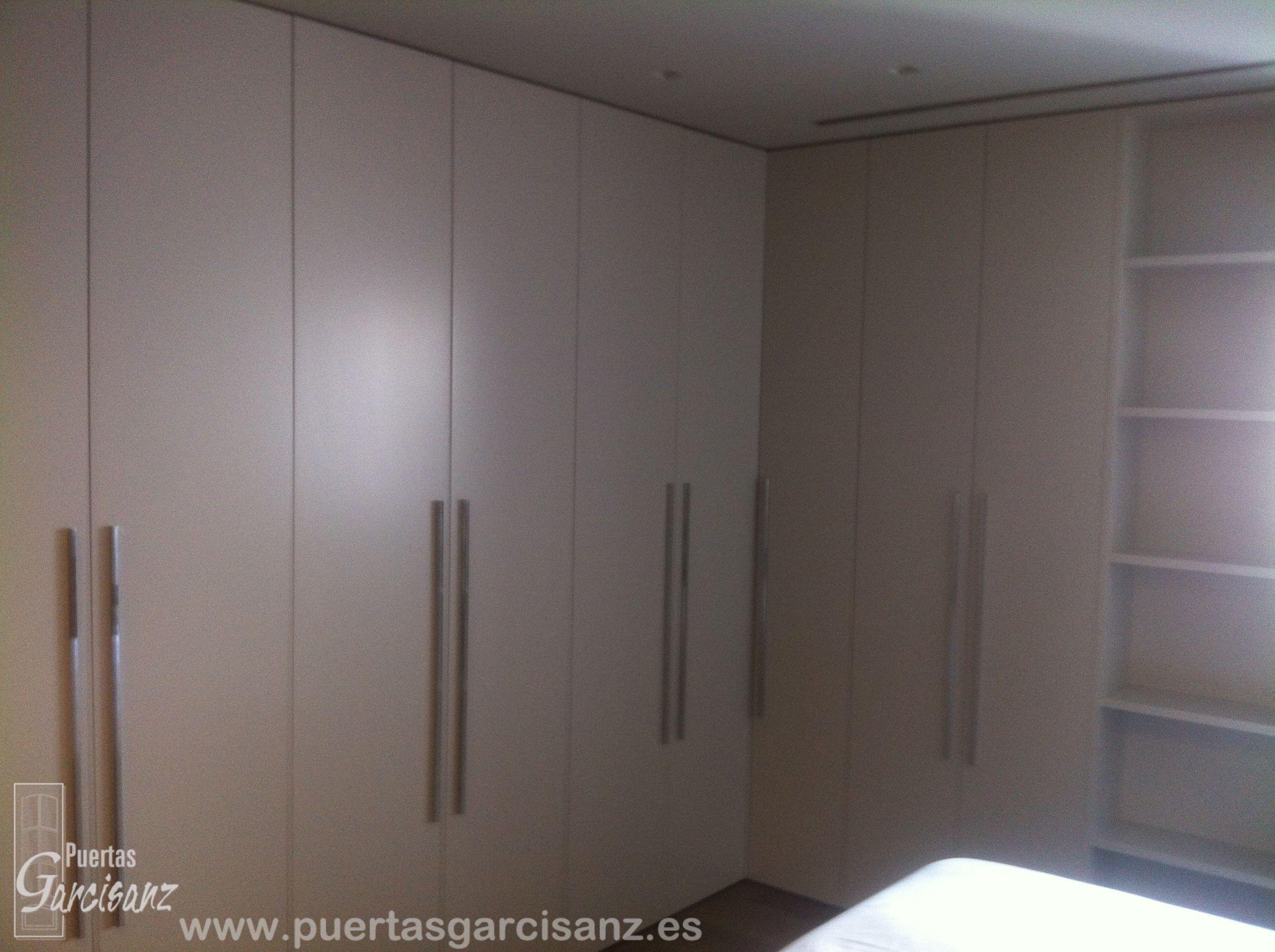 Frente de armario abatible lacado en blanco, sin perfiles y sin remates