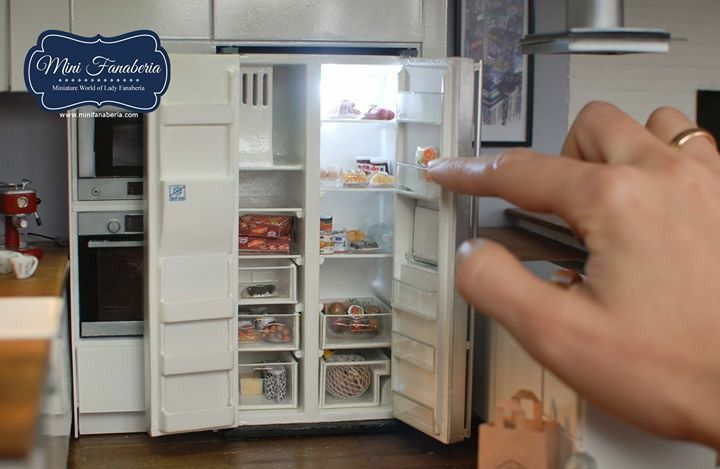 Miniaturkühlschrank mit Arbeitsschubladen und Türen - #Arbeitsschubladen #holding #Miniaturkühlschrank #mit #Türen #und #miniaturekitchen