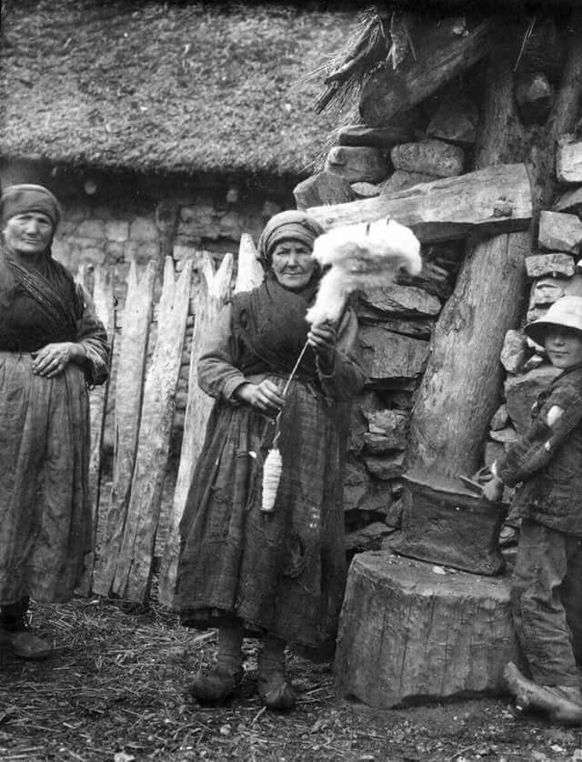 Degaña-Asturias-1927.Mujer filando Lana,con rueca y fuso.Ftf.Fritz Krüger. Muséu del Pueblu d' Asturies/Museo del Pueblo de Asturias.