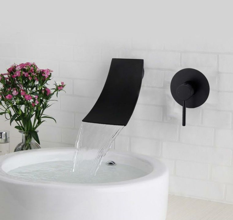 Accessoires für Badezimmer, einige schwarze Armaturen zum Dekorieren