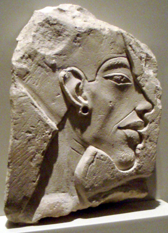 Akhn-aton (Amenhotep IV) ~ ca. 1360 BC. ~ Kalksteen ~ Hoogte 8 cm. ~ Staatliche Museen, Berlin