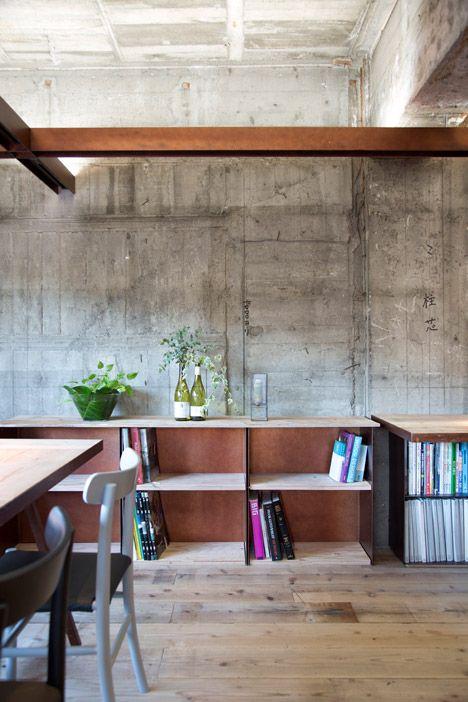Sala com diversos materiais: concreto, madeira e aço