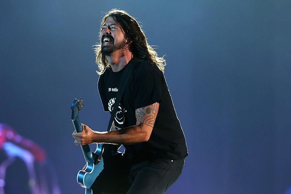 Dave grohl gives shoe to fan on crutches at foo fighters