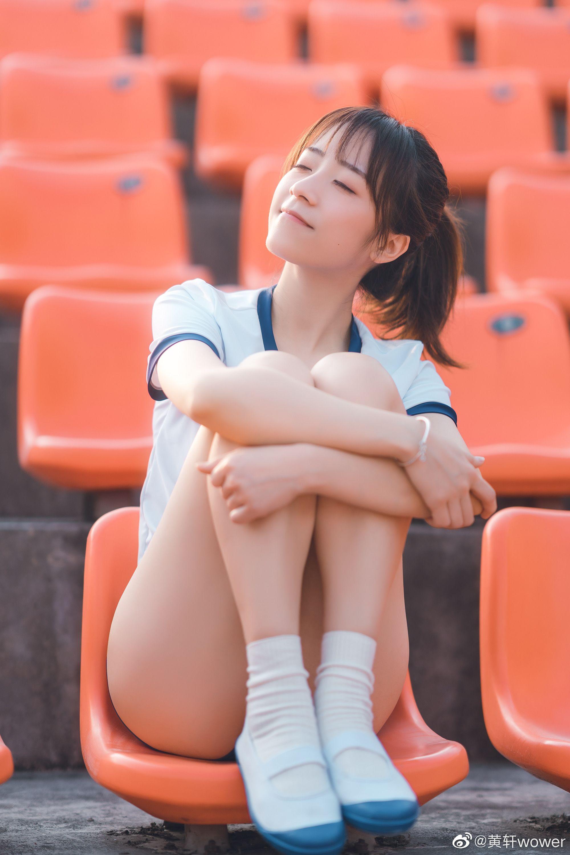 美女坐在體育場的觀眾席,信心滿滿,準備要下場比賽了!❣️