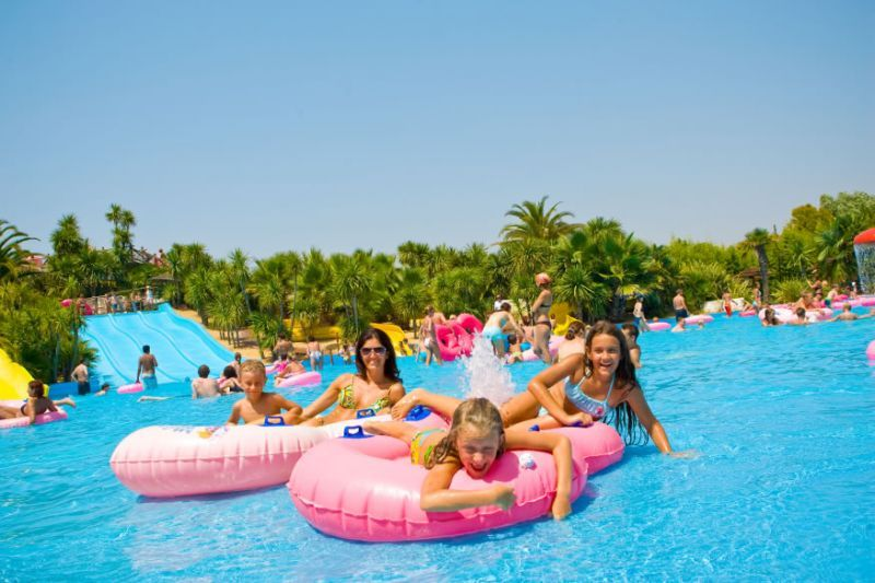 Children swimming-pool - This swimming-pool is the children's water kingdom. Four different slides, which are the same of those of the adults, but made just for kids, arrive in a swimming-pool where they can play and have fun in total safety.