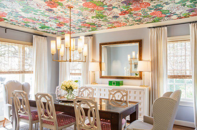 plafond design à motifs floraux dans la salle à manger, table