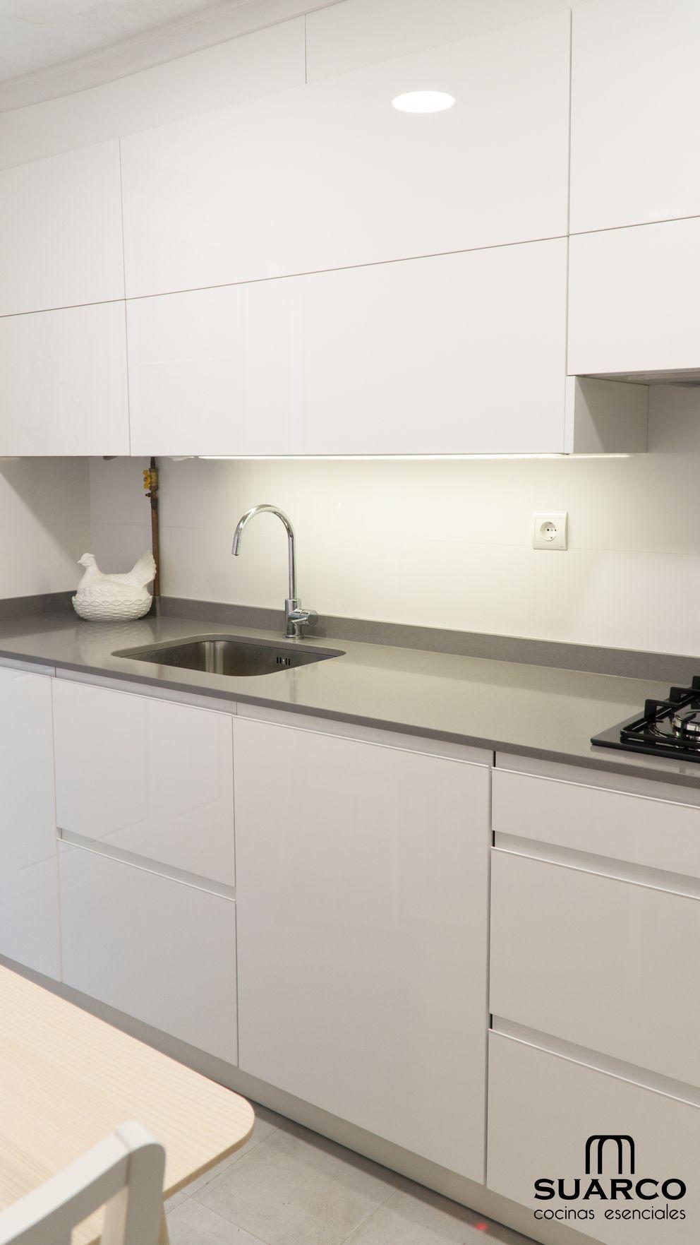 Cocina Pequena Blanca De 8m2 En Forma De L Con Encimera De Cocina Silestone Encimeras De Cocina Cocinas De Casa Decoracion De Cocina