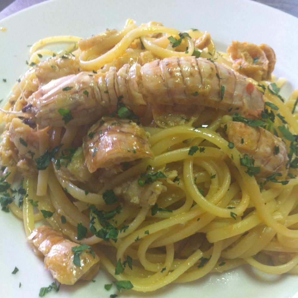 Photo of Spaghetti con le cicale di mare: aglio, prezzemolo, peperoncino e cicale (canocchie). Una bontà