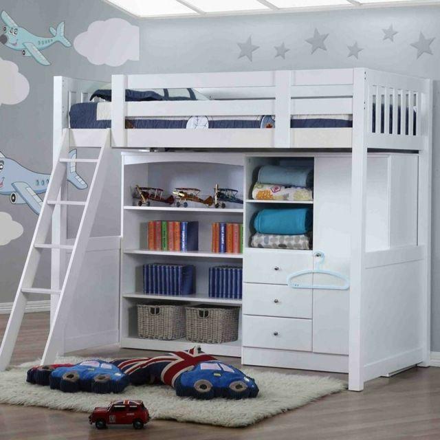 dachgeschoss kinderzimmer mit teppich und hochbett aus holz, Schlafzimmer