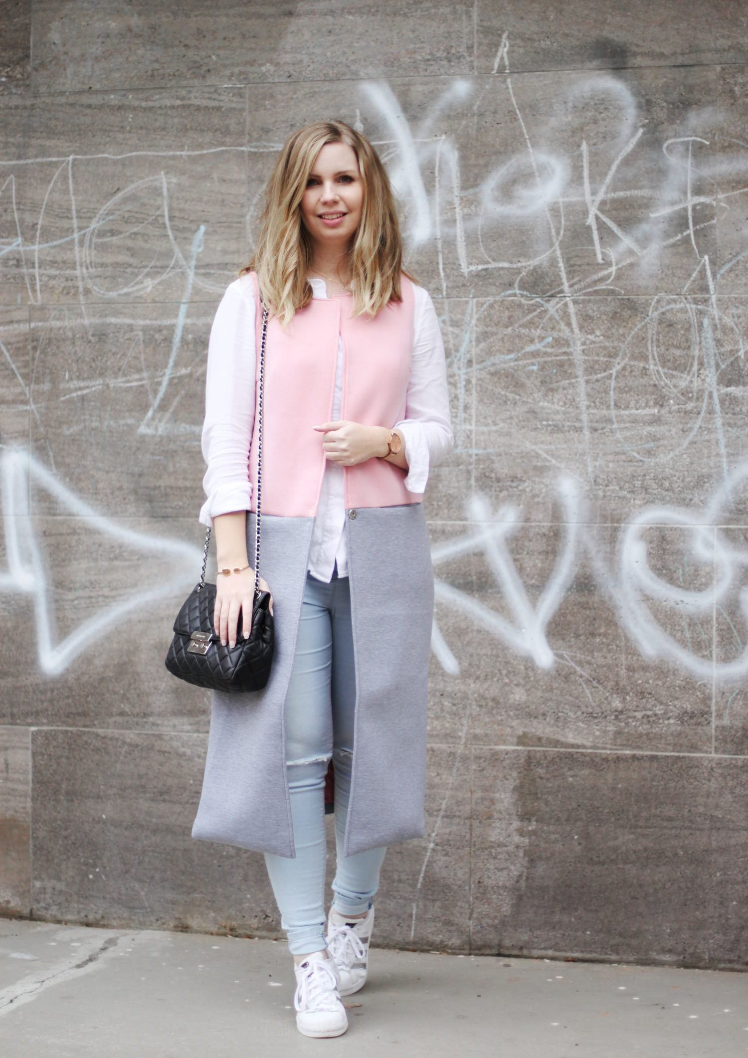 Longweste Rosa Grau vo SheIn, Bluse von Gina Tricot, Jeans