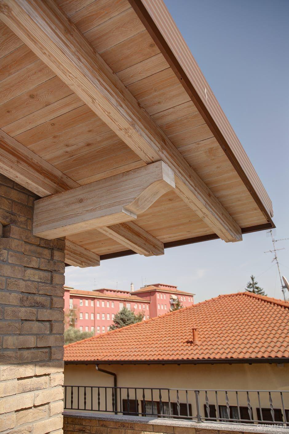 tetto in legno con travetti a vista decapati di bianco