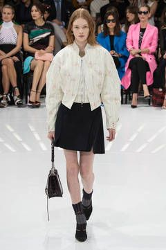 """Christian Dior –   Blousons: """"Die Zukunft in der Vergangenheit finden"""", das wollte Raf Simons mit seiner Dior-Kollektion. Mission geglückt! Auch, weil er den Blouson, der Anfang des 20. Jahrhunderts aus der Fliegerjacke entstanden ist, wie kein anderer interpretiert. flair zeigt die besten Looks vom Runway und den Blouson-Trend zum Nachshoppen."""