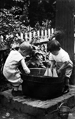 gutter leker med seilbåt i balje | foto: ukjent/onbekend/unknown