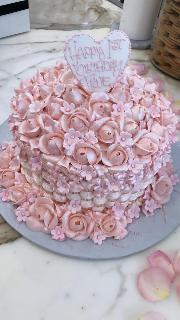 Floral cake Kylie jenner birthday cake, Cake, Kardashian