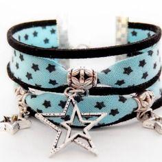 Bracelet manchette bleu-noir en biais de coton étoilé avec breloques argentées motif étoile modèle zélie (ref:967)