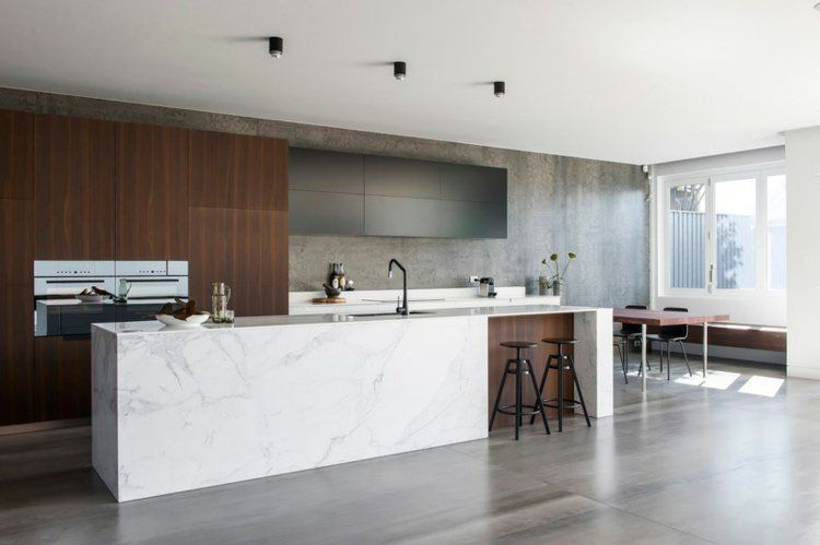 Carrelage béton ciré grand format et îlot en marbre dans une cuisine