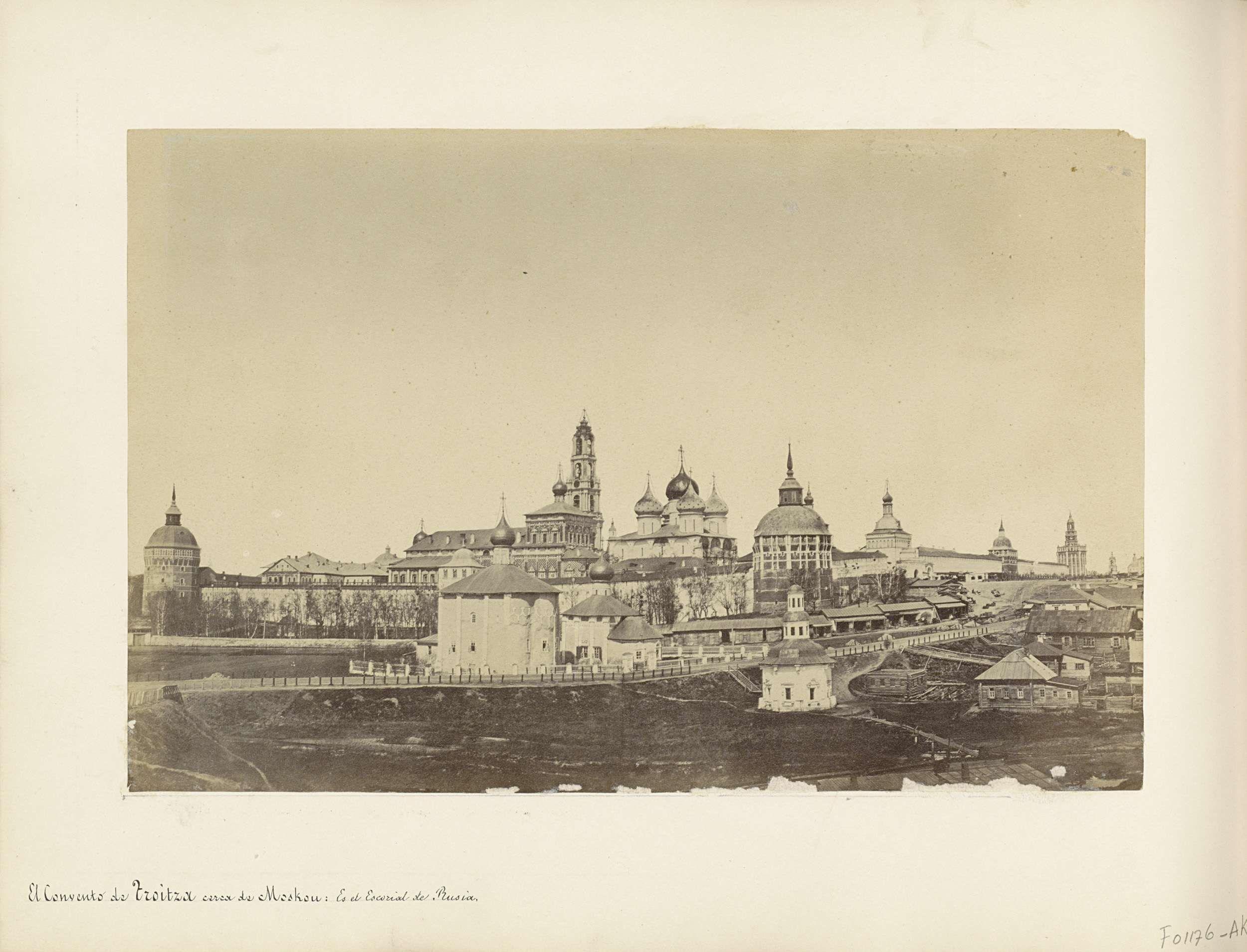 Anonymous | Panoramafoto van het Klooster van de Heilige Drie-eenheid en de Heilige Sergej in Sergiyev Posad, Anonymous, 1850 - 1876 | Onderdeel van Reisalbum met foto's en tekeningen van Manuel Mayo 1876.