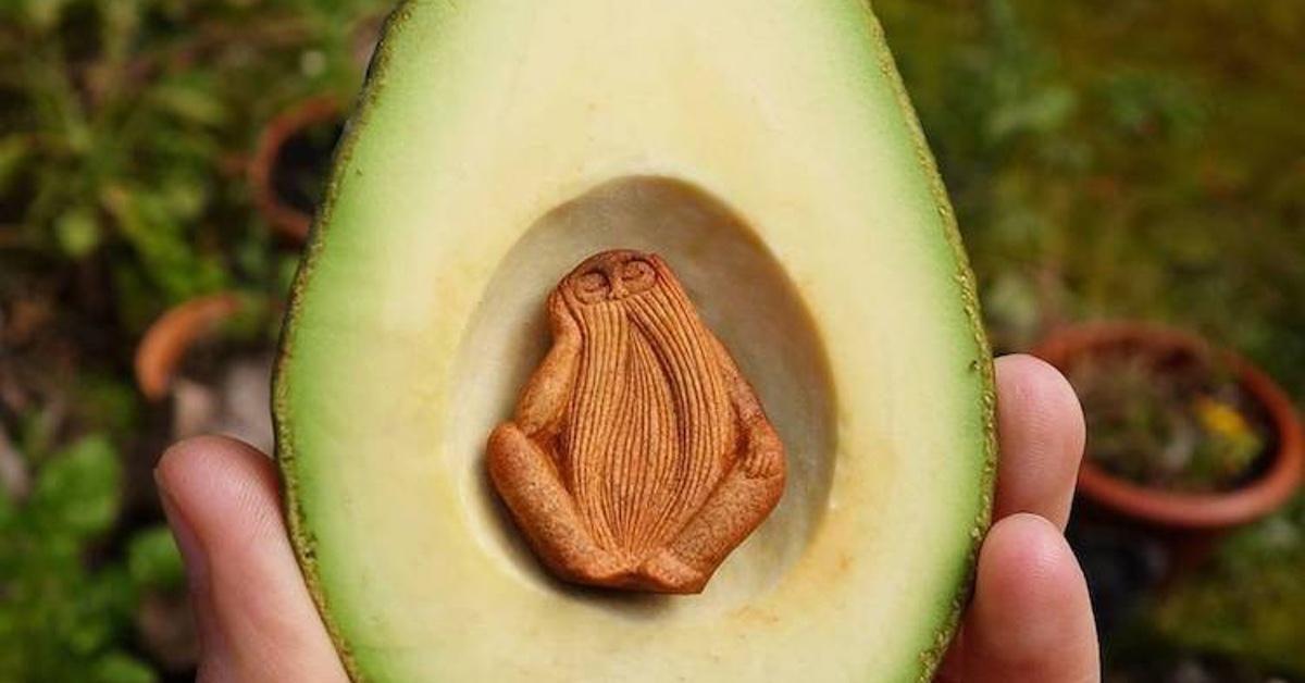 Die Frau pult die Avocado aus und verkauft den Kern im Internet. Durch Zufall ist sie auf ihre persönliche Goldgrube gestoßen.