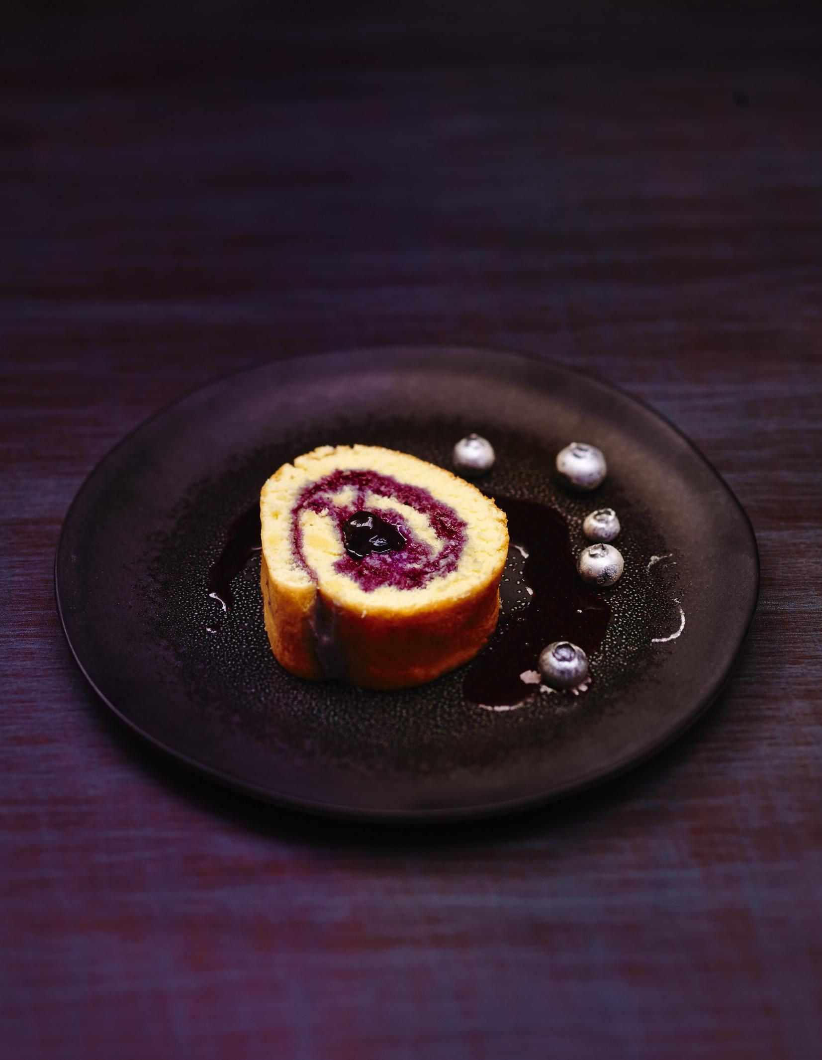 Recette Gâteau roulé aux myrtilles : Préchauffez le four sur th. 6-7/200°.Préparez le biscuit. Séparez les jaunes d'œufs des blancs, fouettez les jaunes avec le sucre jusqu'à ce que le mélange blanchisse. Ajoutez la farine, puis les blancs battus en neige avec le sucre vanillé. Etalez ...