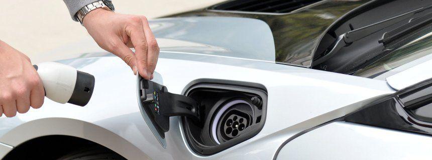 BMW i8 beim Stromtanken: Ist bald Schluss mit dem Ladekabelsalat?