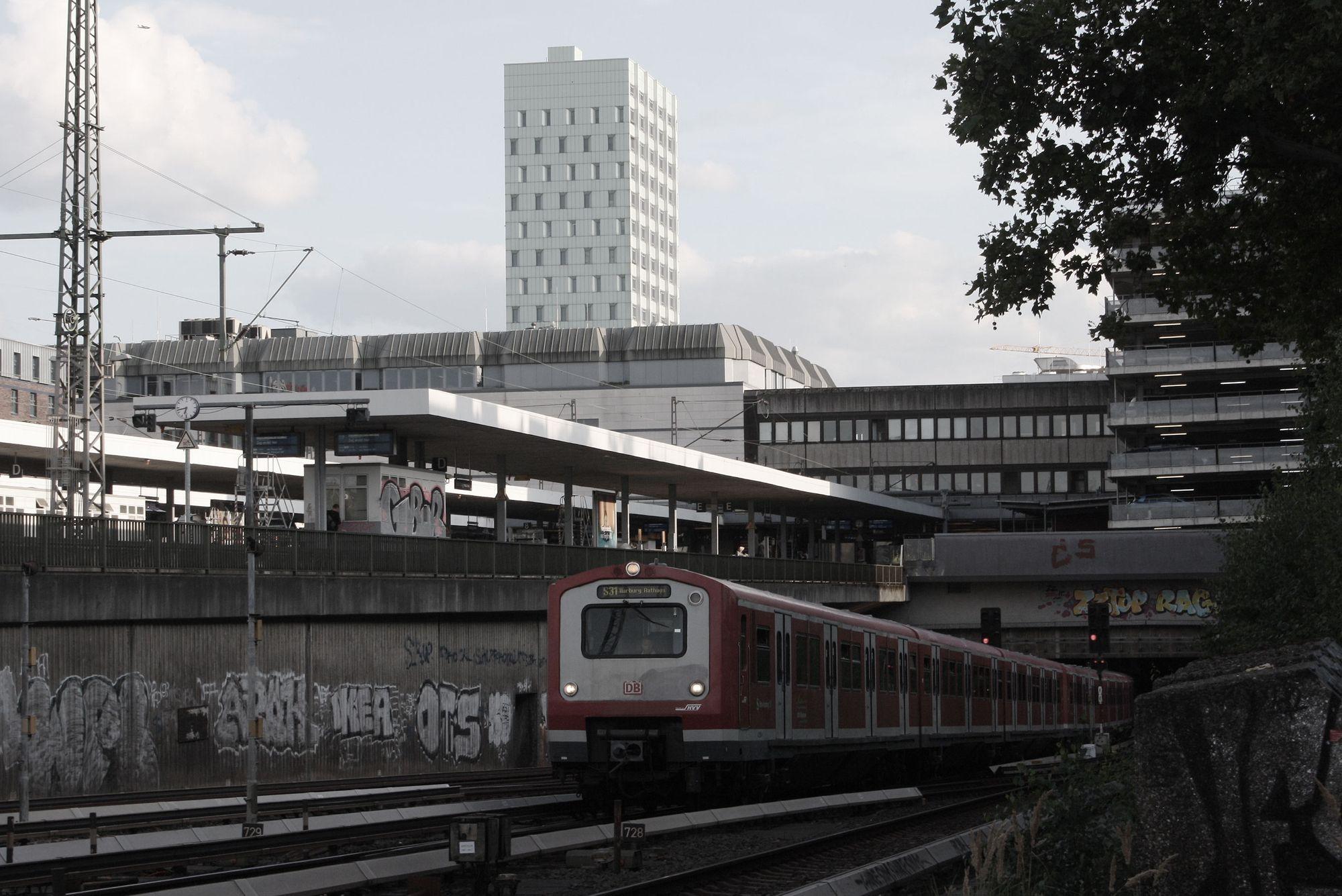 Die S31 auf dem Weg nach Harburg Rathaus. Schönen Feierabend!   #trashletics #altonatrashletics #altona #hamburg #lovehamburg #welovehh #moin #welovehamburg #typischhamburg #hamburgliebe #hh #040 #elbe #urban #hvvultras #wasdiggawas #trainspotter #472 #473 #sbahn #sbahnhamburg