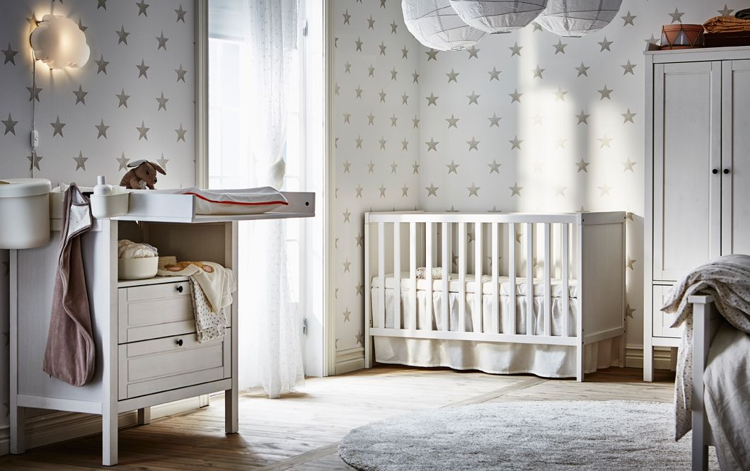 sundvik wickeltisch kommode und sundvik babybett in wei in einem kinderzimmer mit sterntapete. Black Bedroom Furniture Sets. Home Design Ideas