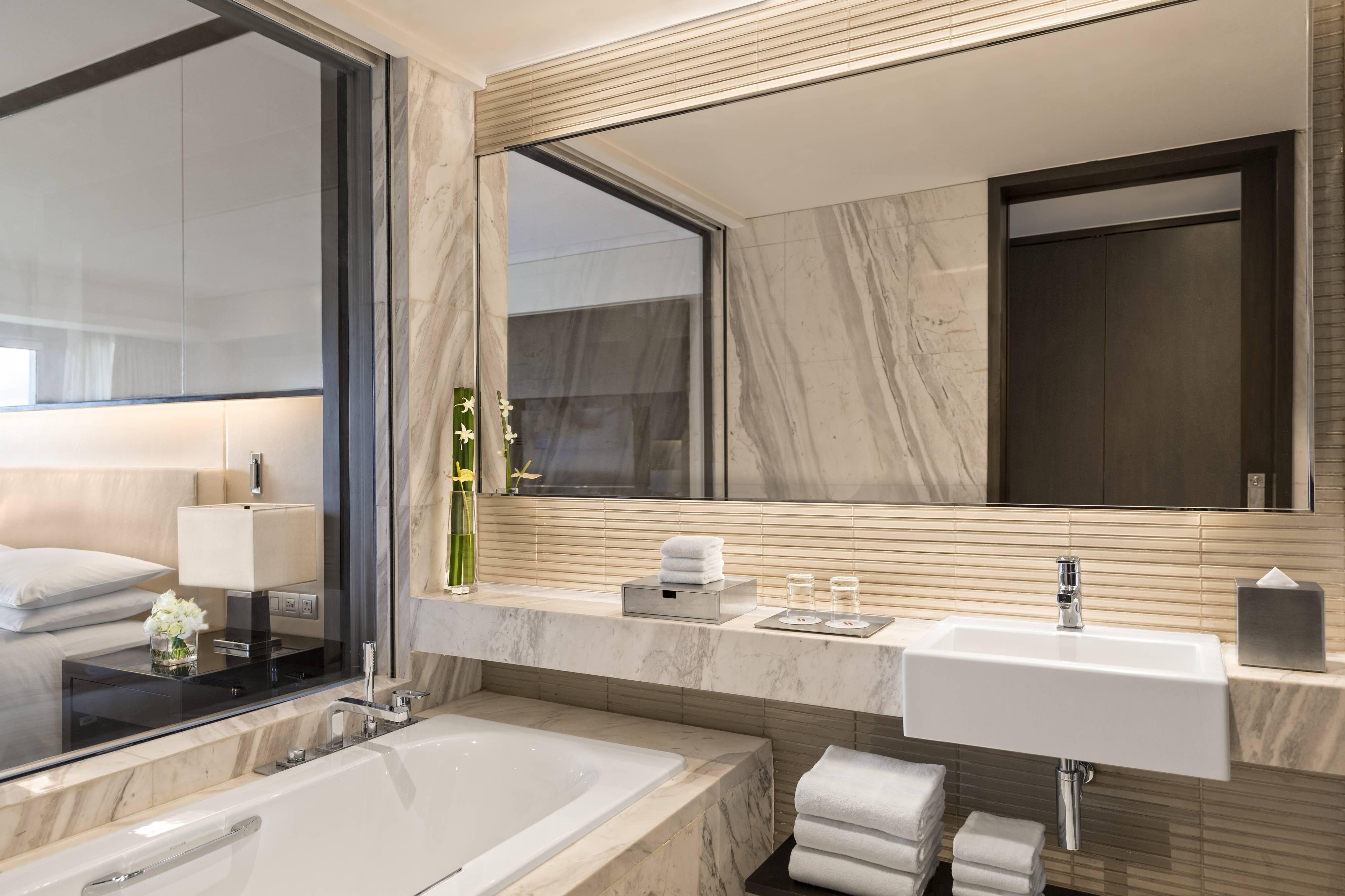 Manila Marriott Hotel Premium Guest Room Bathroom