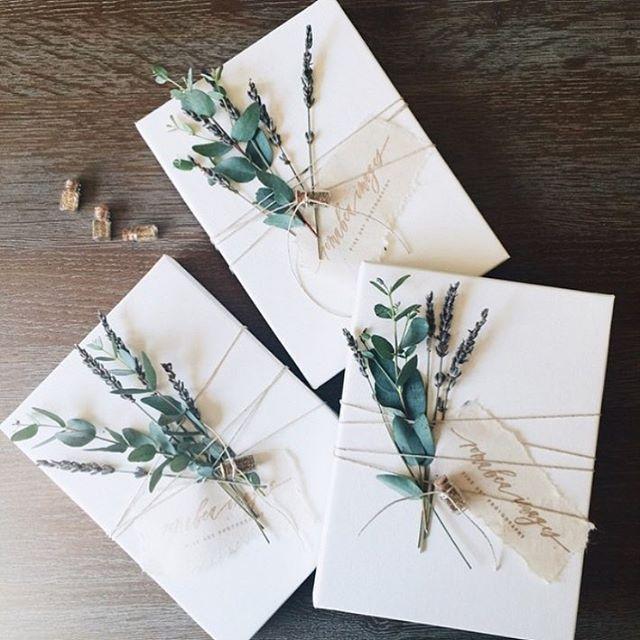 """Coffeandcashmeredreams en Instagram: """"Esta foto la tomé de @lunademarephoto y debo decir que realmente me ha gustado decorar y envolver regalos con flores recientemente. Aquí hay un …"""