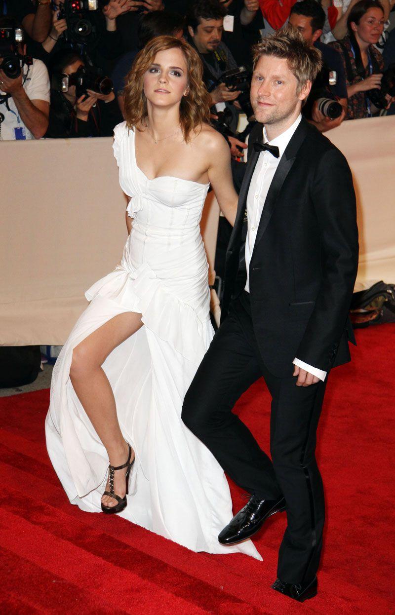 Emma Watson, with an awesome leg shot.   Promis, Schöne