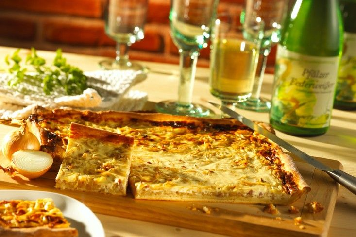 Herzhafter Zwiebelkuchen Hefeteig mit Zwiebeln und Speck in Ei-Sahne-Creme - http://www.ichliebebacken.de/rezeptebox/kuchen/herzhafter-zwiebelkuchen