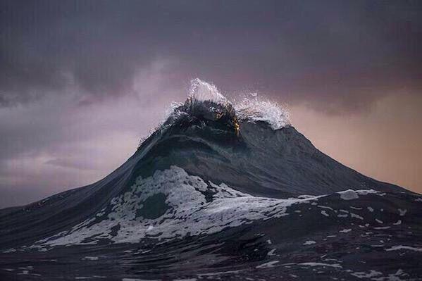صورة للأمواج وهي تبدو كالجبال  قال تعالى : ( وهي تجري بهم في موج كالجبال )    ##تمنيتك
