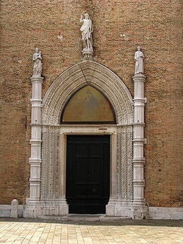 Gothic door, Church of Santa Maria dei Frari, Venice, Italy | Flickr: Intercambio de fotos