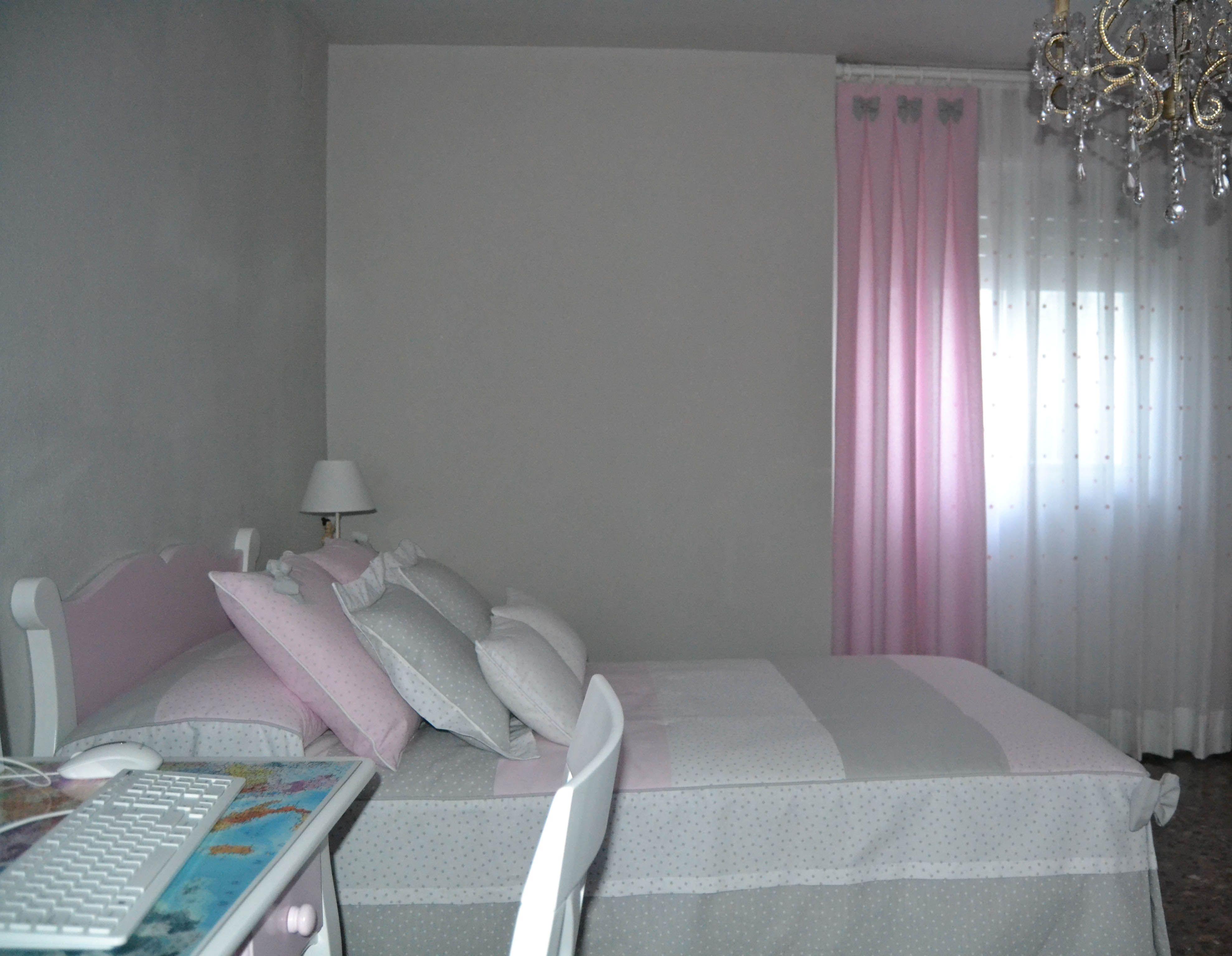 Habitaci n en blanco rosa y gris villalba interiorismo for Decoracion habitacion nina gris y rosa