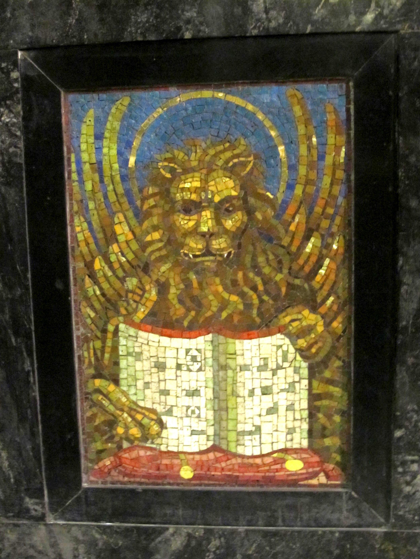 León representando a san Marcos, lateral del altar en la cripta de Pizarro