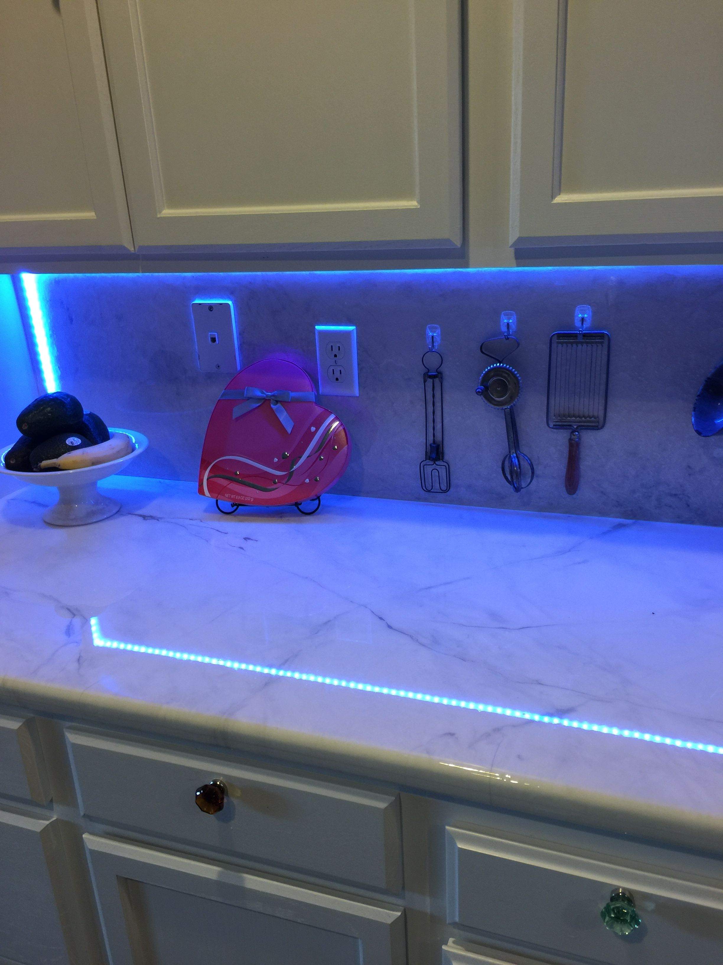 White Marble Epoxy Countertops With Pearl Highlights And Gold And
