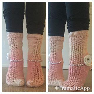 Pitsisukkaa kukilla ja helmillä :) #knitting#knittingart#beans#bean#socks#woolsocks#novitausva#neulonta#sukka#sukat#villasukat#helmet#helmiä#flower#kukka#kukat#finland