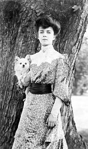 Alice Roosevelt with her dog, Leo, a long-haired Chihuahua. She was also given a Pekingese named Manchu, by the last Chinese Empress Dowager Cixi in 1902