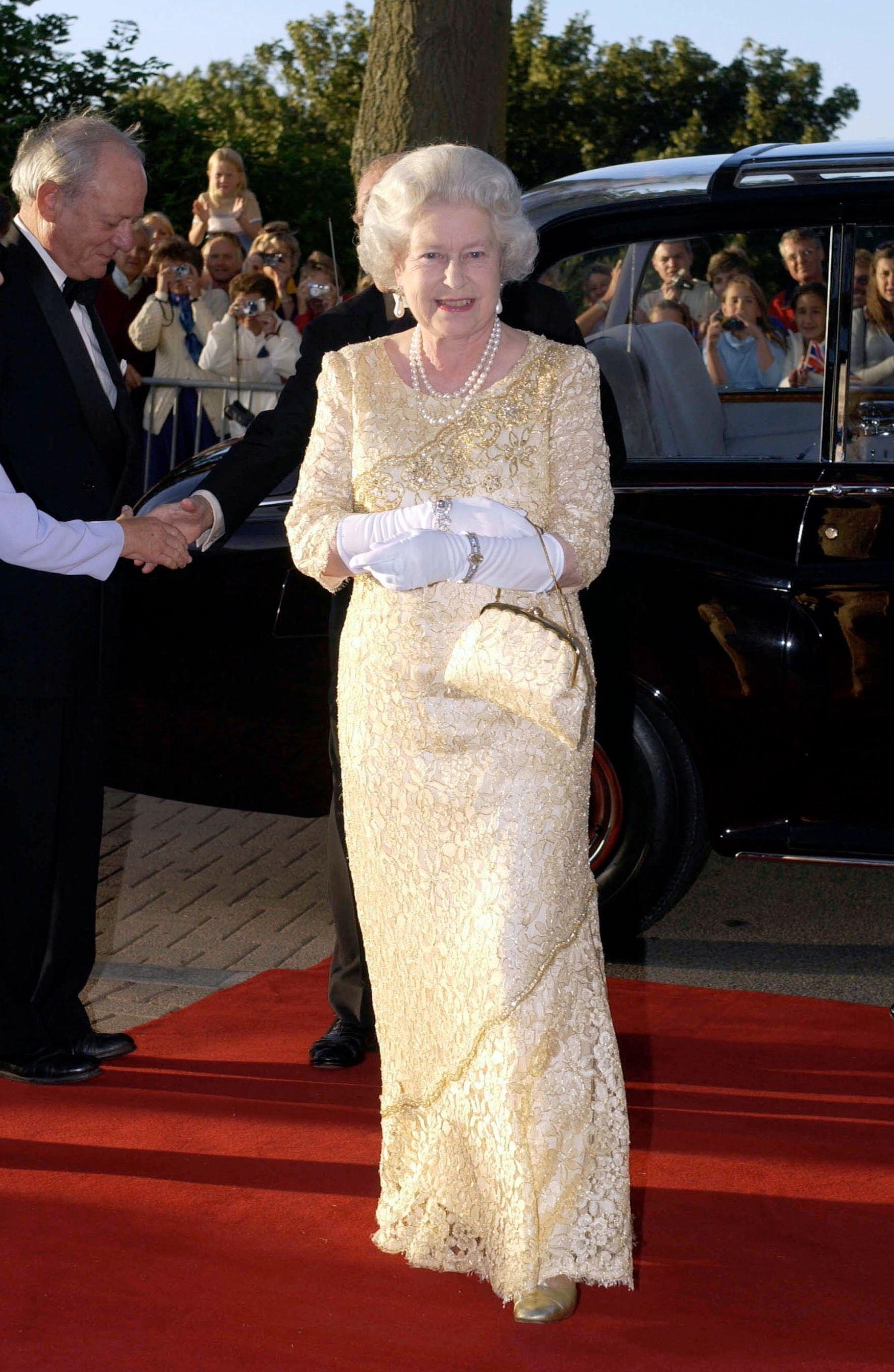 One of my favourite Queen Elizabeth II gowns........MY GOODNESS...... ELIZABETH LOOKS SO BEAUTIFUL...............ccp